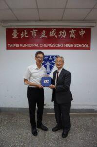 林佳添副理事長代表校友會致贈師長教師節禮物代表照片