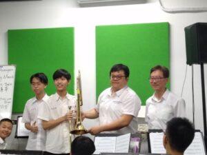 蔡懷恩學長返校致贈管樂社學弟伸縮號代表照片