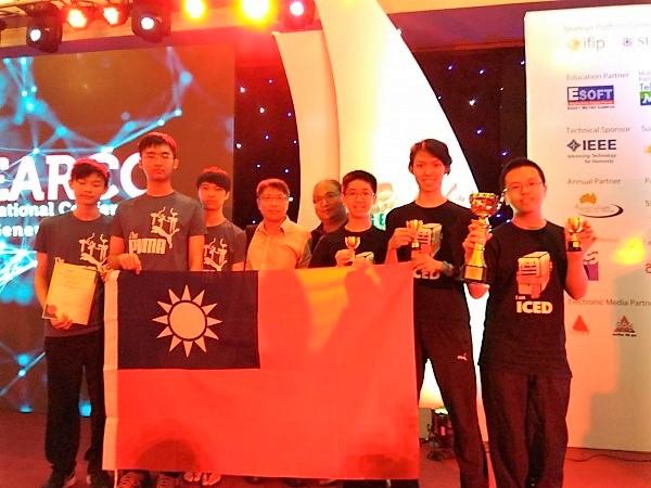 得獎學生帶著中華民國國旗上台受獎
