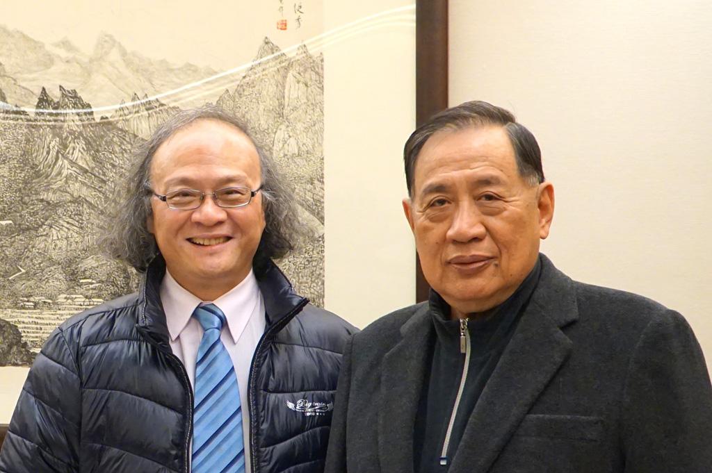 聲寶公司董事長陳盛沺與校友會理事長袁天明合影