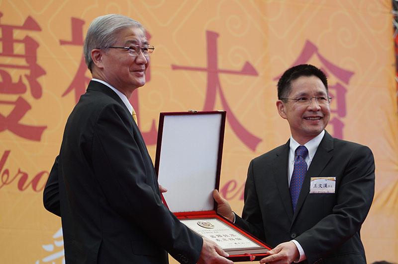 王文漢獲頒工商類傑出校友獎