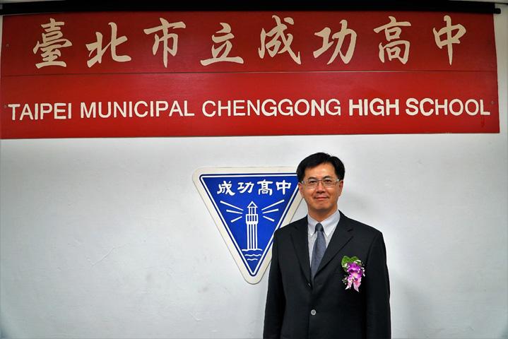傑出校友黃怡騰與成功 Logo 合影